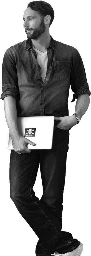 Stefan Burkard mit Laptop und Aufkleber vom FC St. Pauli © Stefan Burkard