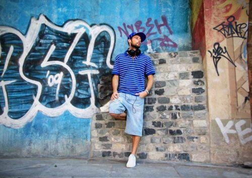 Stefan Burkard steht an einer Wand voller Graffiti in Madrid © Stefan Burkard