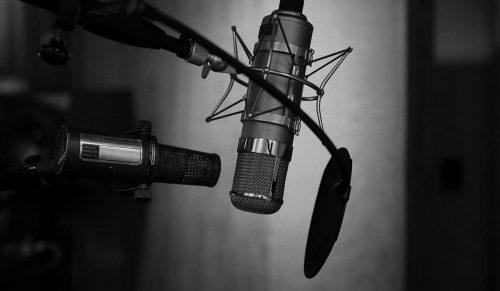 Ein Mikrofon in einem Aufnahmestudio @ neil godding / Unsplash