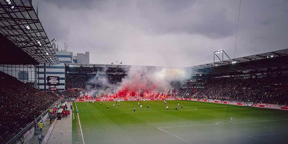 Ohne Pyrotechnik geht es nicht beim Hamburger Stadtderby. © Marvin Ronsdorf / Unsplash